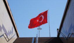 Alt Geçitten Görülen Türk Bayrağı