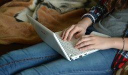 Bilgisayardan Makale Yazan Kadın