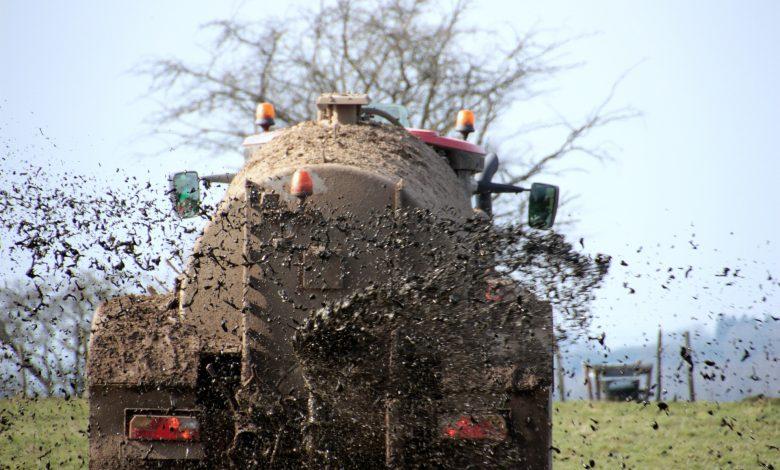 Gübreleme İşlemi Yapan Traktör