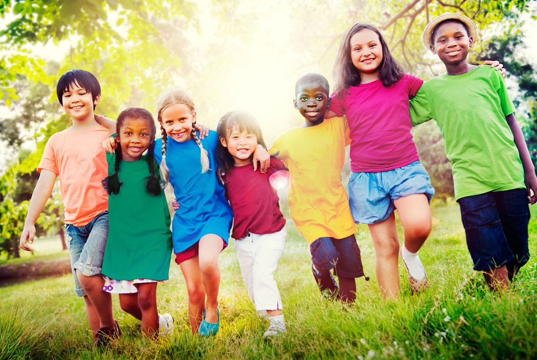 Rengarenk Giyinmiş 8 Tane Çocuk